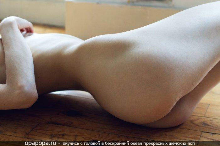 Девушка Айгуль с лакомой сочной попой на полу без трусиков
