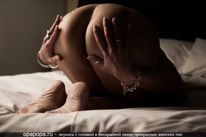 Девушка Ирма с сочной упругой задницей на кровати без трусов