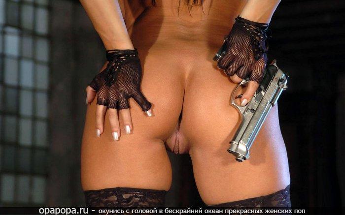 Девушка Июлия с эффектной спелой задницей без труселей в гольфиках