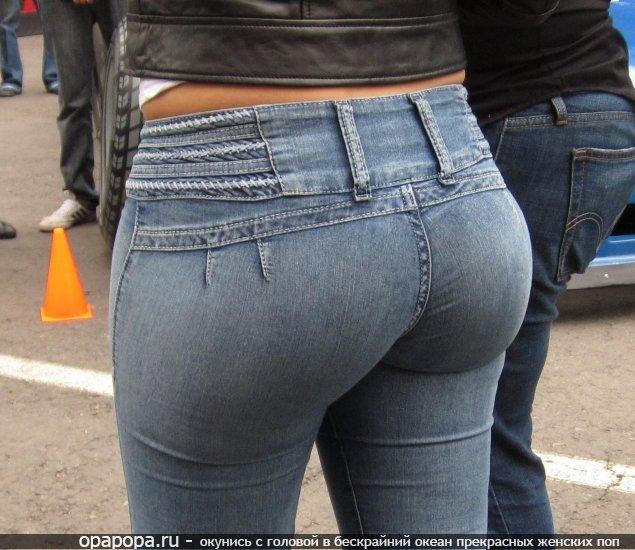 Девушка Элина с девичьей аппетитной попкой в джинсах в обтягивающем