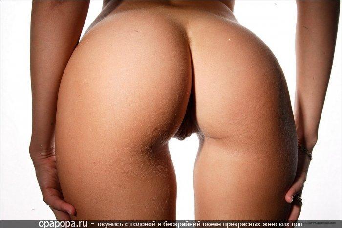 Девушка Катарина с сочной смачной задницей без труселей