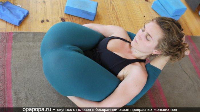 Девушка на полу растягивает свою крепкую смачную попку