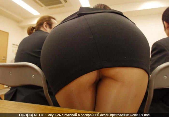 Девушка на публике в колготках под юбкой