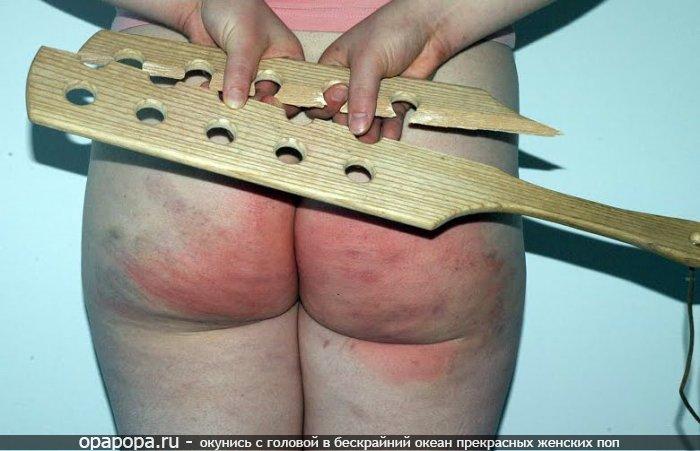 Девушка Ревекка с массивной попкой без трусов отшлепанная деревянной лопаткой