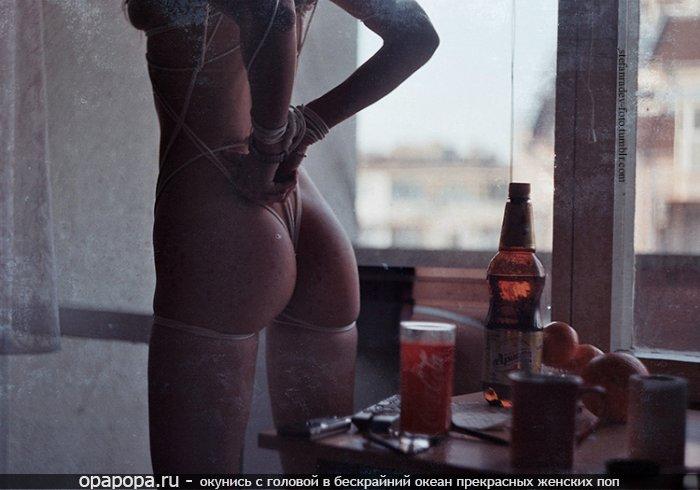 Девушка с миниатюрной спелой попкой в чулочках связанная