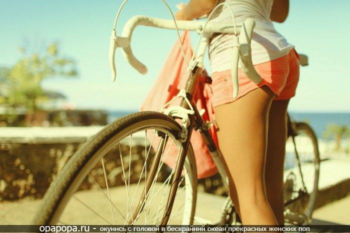Девушка с привлекательной крепкой попой на улице в шортах