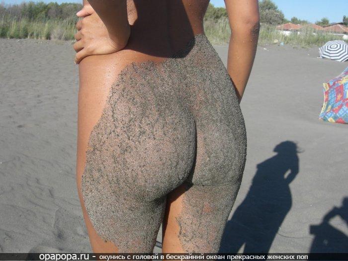 Девушка Симона с привлекательной аппетитной попкой в песке на пляже без трусов