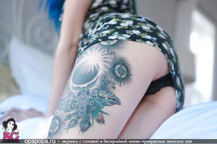 Девушка Веста с девичьей попкой на кровати в трусах под юбкой