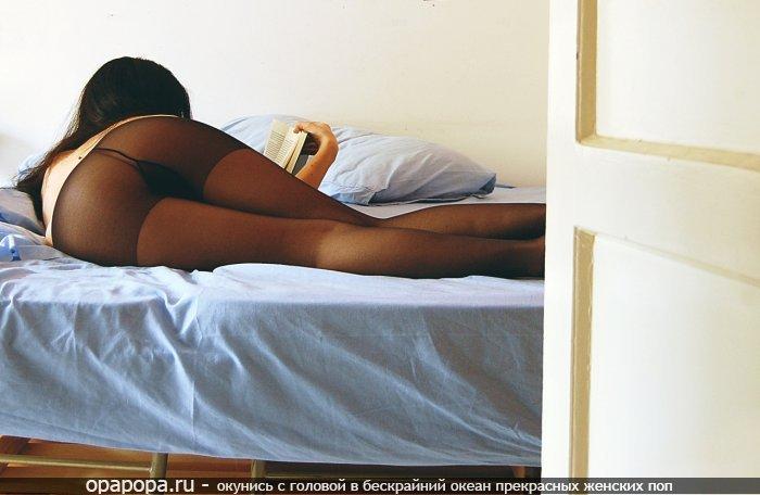 Девушка Юзефа с зрелой попкой на кровати в колготках