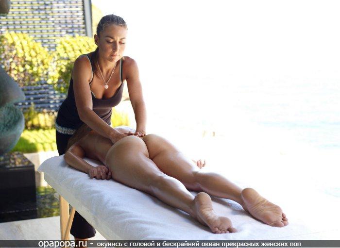 Девушке со спортивной упругой попкой в масле без трусиков делают массаж
