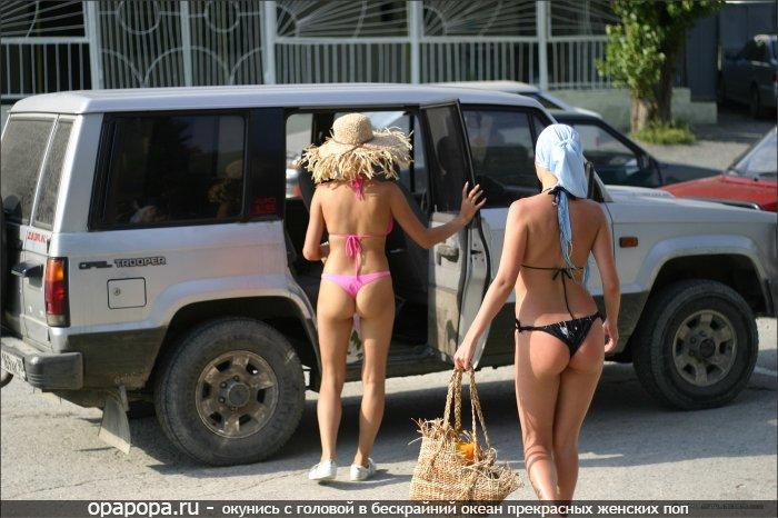 Девушки подружки: девичьи маленькие попы на публике на улице в мини купальниках
