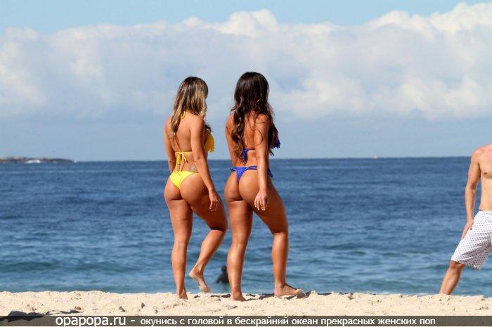 Девушки подружки: загоревшие смачные попы на пляже в купальнике