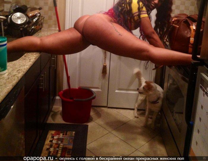 Домашнее фото: африканочка Элла с сочной смачной попой на кухне без труселей