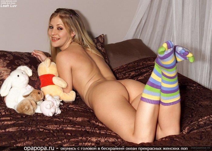Домашнее фото: блондинка с вкусной спелой попкой на кровати без труселей