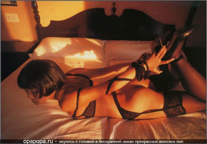 Домашнее фото: девушка с лакомой попой на кровати без труселей в чулках связанная