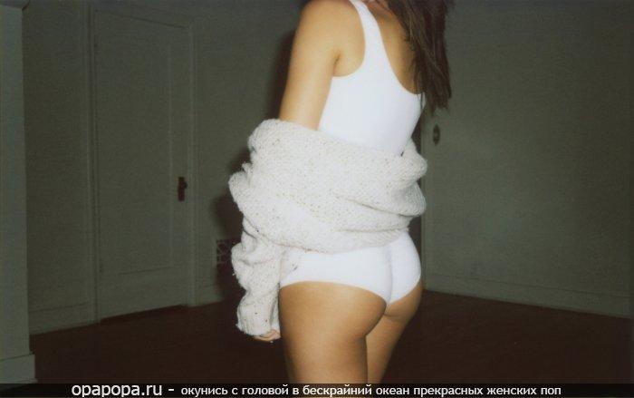 Домашнее фото: девушка с маленькой спелой попкой в шортах