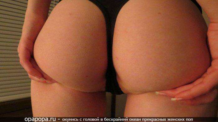 Домашнее фото: девушка с массивной лакомой смачной задницей в черных стрингах
