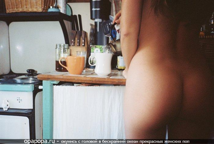Домашнее фото: студенточка с привлекательной попкой на кухне без трусов