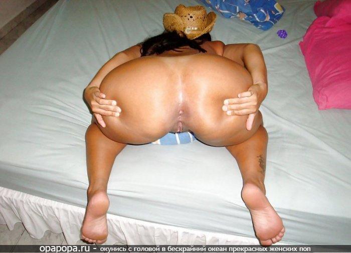 Домашнее фото: зрелая черноволосая женщина Беатриса с огромной аппетитной задницей на кровати без труселей