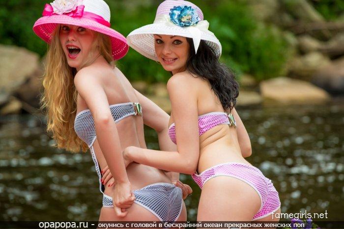 Две подружки на реке показали свои неопытные девичьи миниатюрные попки в бикини