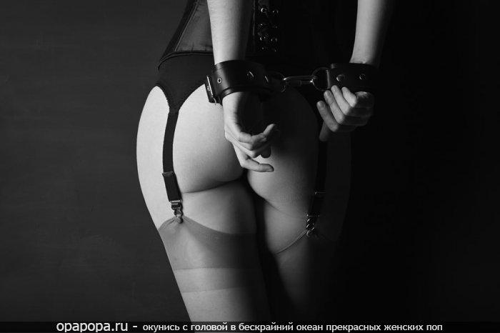 Фото: аппетитная попка в чулочках скованная наручниками