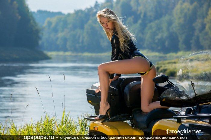 Фото: блондиночки с длинными ногами и миниатюрной крепкой попкой на природе