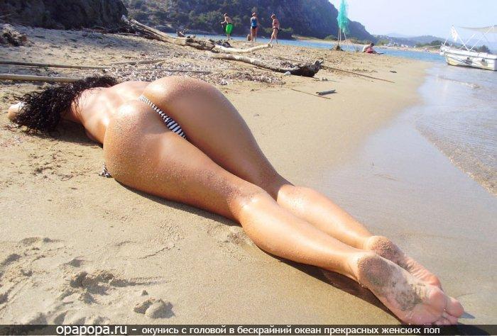 Фото: брюнеточки Ревекки с сочной задницей на пляже в трусиках-тангах