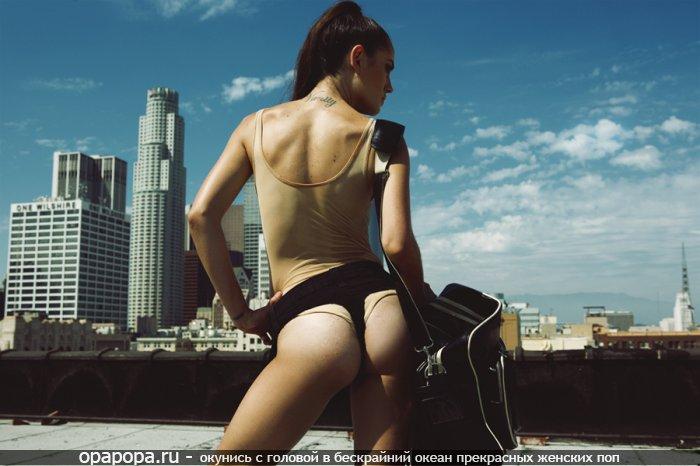 Фото: черногривой Этери с маленькой смачной попкой одевает трусы поверх другой одежды