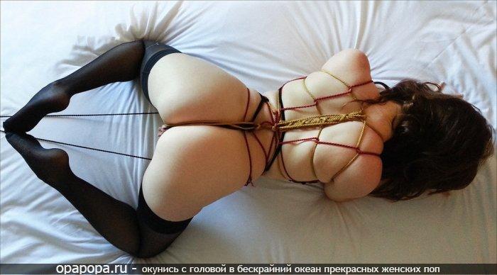 Фото: черногривой Лады с девичьей сочной попой на кровати в мини-трусиках связанная