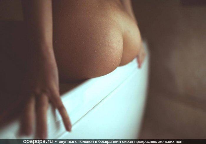 Фото: девушка с лакомой маленькой мокрой упругой попкой без трусиков
