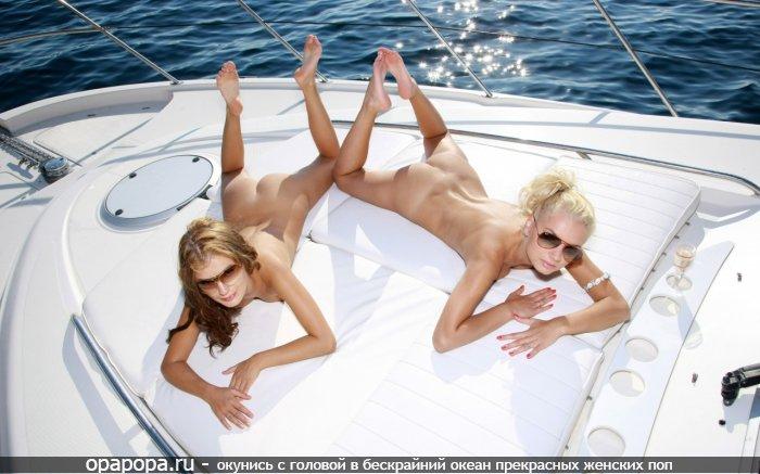 Фото: две маленькие девичьи попки без труселей на яхте