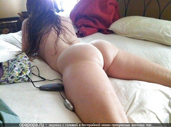 Фото из личной коллекции: девушка Нелли с массивной девичьей попой на кровати без трусов