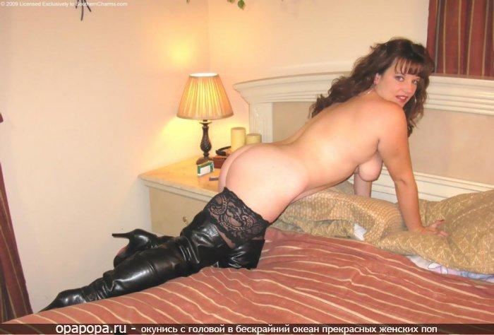 Фото из личной коллекции: девушка с большой аппетитной попой на кровати без трусов с голой грудью