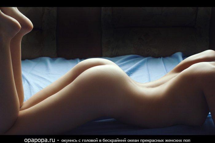 Фото: лакомая небольшая задница на кровати без труселей