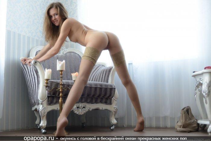 Фото: маленькой блондинки с девичьей крепкой попой без труселей в чулочках с маленькими сиськами