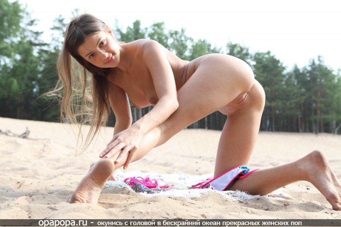Фото: молоденькой студенточки Марселины с привлекательной задницей на природе без трусов с маленькими сиськами