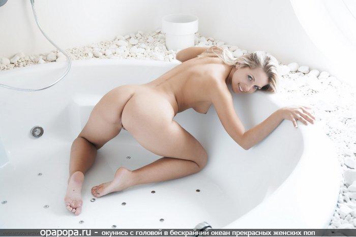 Фото: молодой блондинки с сочной попкой в ванной без труселей с крепкой грудью