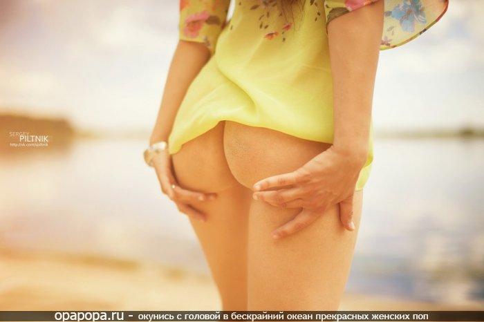 Фото: небольшая попа без трусов под юбкой
