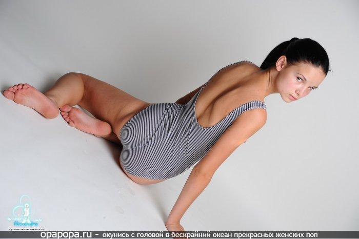 Фото: неопытной черноволосой малышки с сочной задницей на полу в трусах