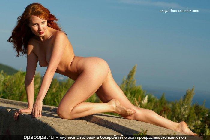 Фото: опытной женщины рыжей Неонилы с спортивной попкой на природе грудью