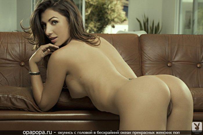 Фото: опытной женщины с крепкими сиськами на диване с девичьей миниатюрной попкой без трусиков