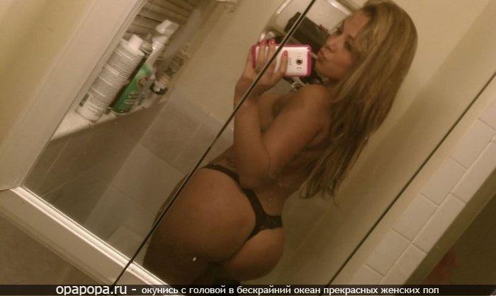 Фото: опытной женщины с зрелой попой у зеркала в мини-трусиках