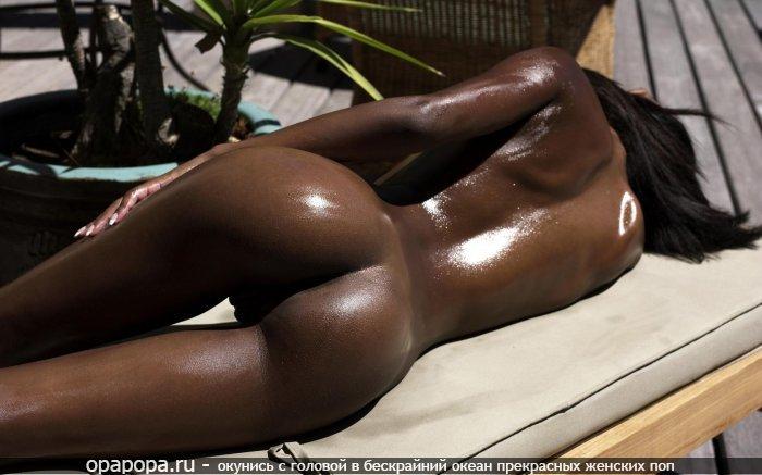 Фото: промокшей африканки с миниатюрной сочной попой без трусиков