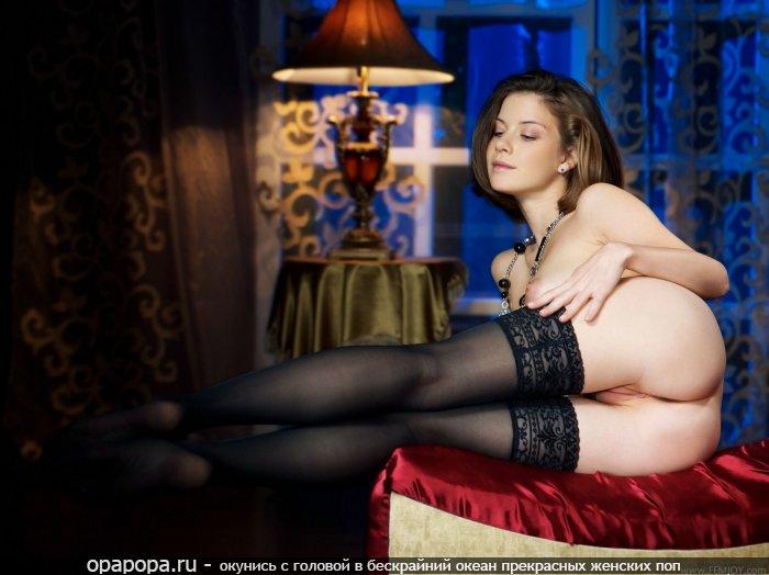 Фото: русоволосой студенточки с лакомой спелой попочкой без трусиков в черных чулочках