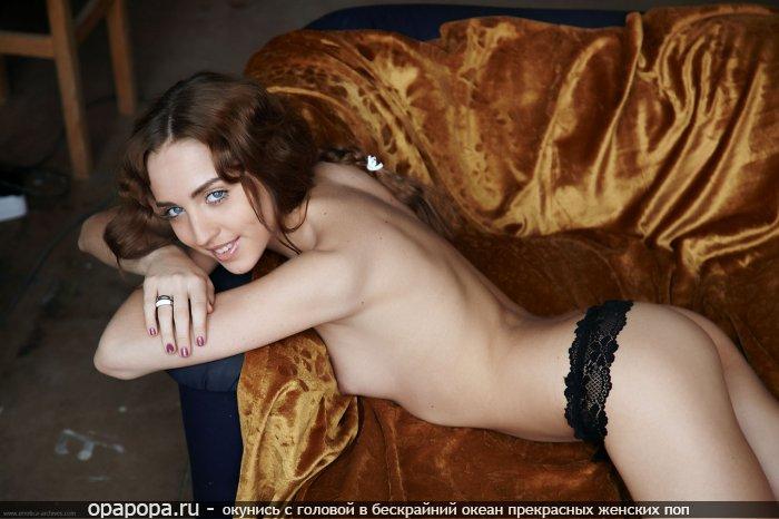 Фото: шатенки Анфисы с маленькой попкой в трусиках грудью