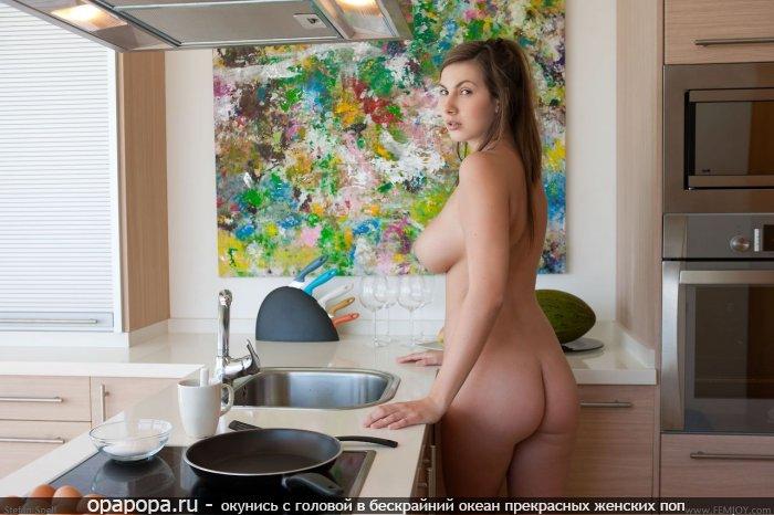 Фото: шатенки с девичьей аппетитной попкой на кухне грудью