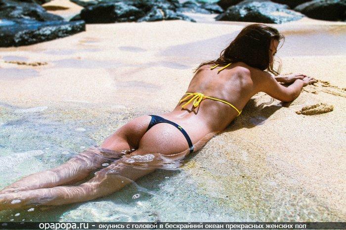 Фото: смуглой промокшей шатенки Инессы с лакомой спелой попкой на пляже в мини-трусиках