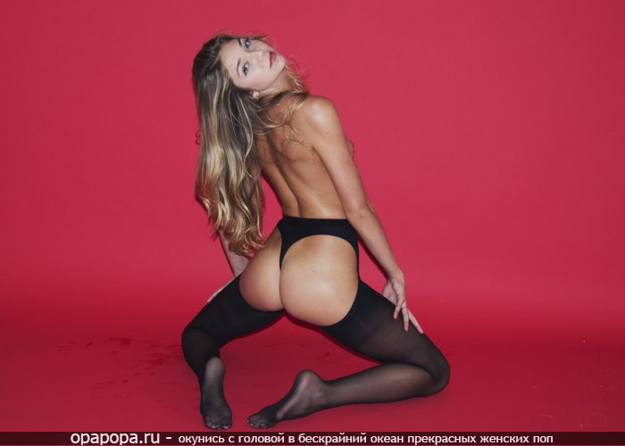Фото: светловолосой Марселины с привлекательной упругой задницей в мини-трусиках в чулках