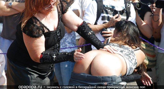 Фото: темненькой Яниты на публике без трусов наказанная