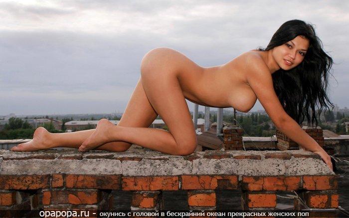 Фото: темноволосой с спортивной попкой грудью